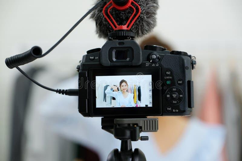 Jonge Aziatische vrouwenschoonheid die blogger schoonheidsmiddel tonen terwijl het registreren hoe te om videoleerprogramma door  stock afbeeldingen