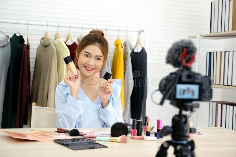 Jonge Aziatische vrouwenschoonheid die blogger tonen hoe te videoopname van een privé-leraar door camera omhoog te maken, vlog co royalty-vrije stock foto