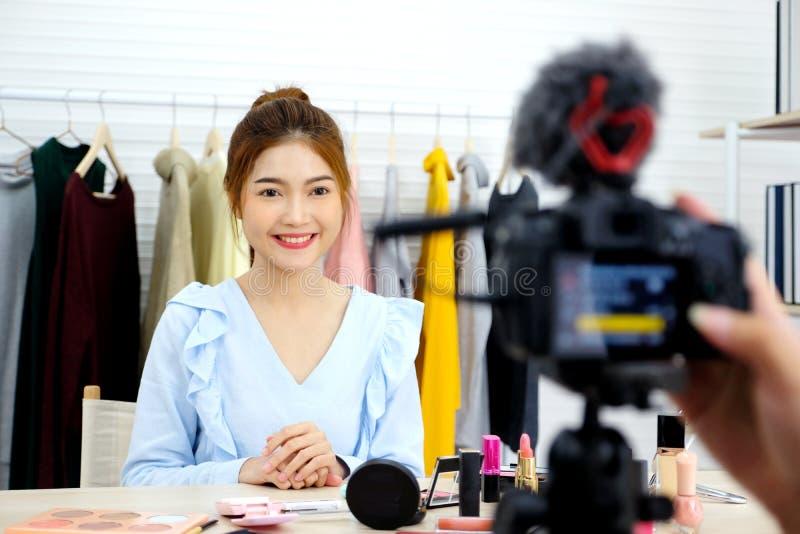 Jonge Aziatische vrouwenschoonheid die blogger tonen hoe te videoopname van een priv?-leraar door camera omhoog te maken, vlog co royalty-vrije stock foto
