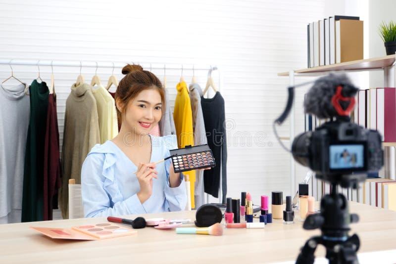 Jonge Aziatische vrouwenschoonheid die blogger tonen hoe te videoopname van een priv?-leraar door camera omhoog te maken, vlog co stock afbeelding