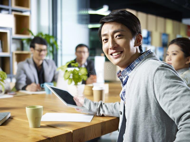 Jonge Aziatische zakenman die camera bekijken royalty-vrije stock afbeeldingen