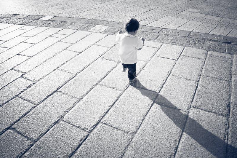 Jonge baby terwijl rond het onderzoeken van ruimte stock fotografie