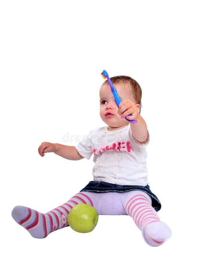 Jonge babymeisje het borstelen tanden en verse groene appel royalty-vrije stock afbeelding