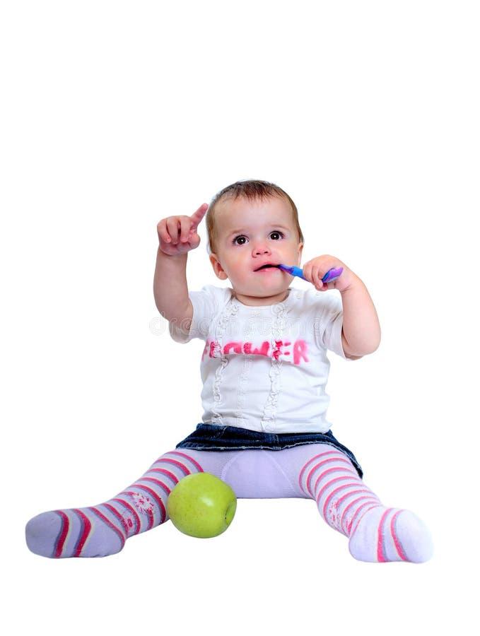 Jonge babymeisje het borstelen tanden en verse groene appel royalty-vrije stock afbeeldingen