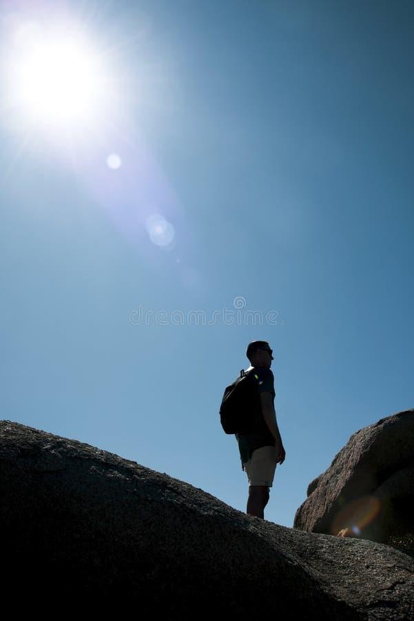 Jonge backpackermens in Sardinige, Italië royalty-vrije stock afbeelding