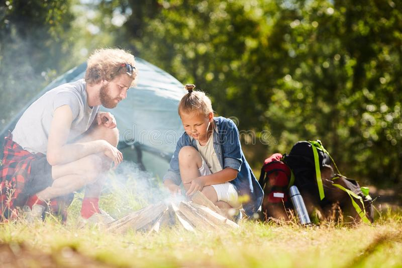 Jonge backpackers royalty-vrije stock foto's