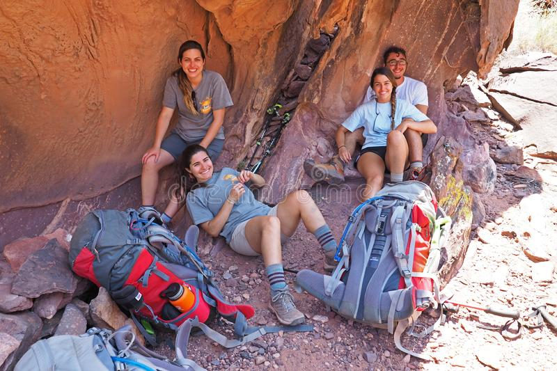 Jonge backpackers onbeweeglijk in Grand Canyon royalty-vrije stock foto