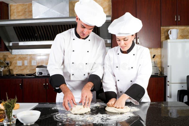 Jonge bakkers stock afbeelding
