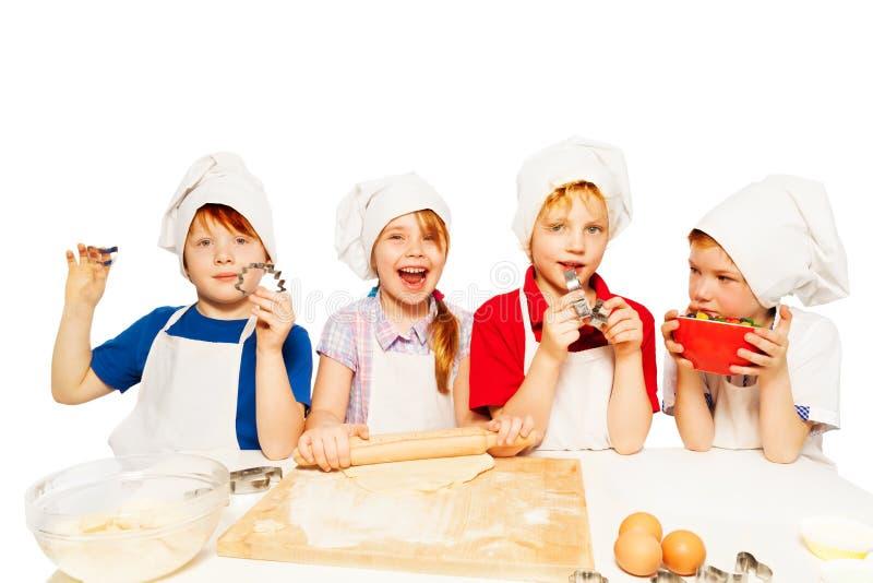 Jonge bakkers die deeg met keuken-materiaal maken royalty-vrije stock afbeelding
