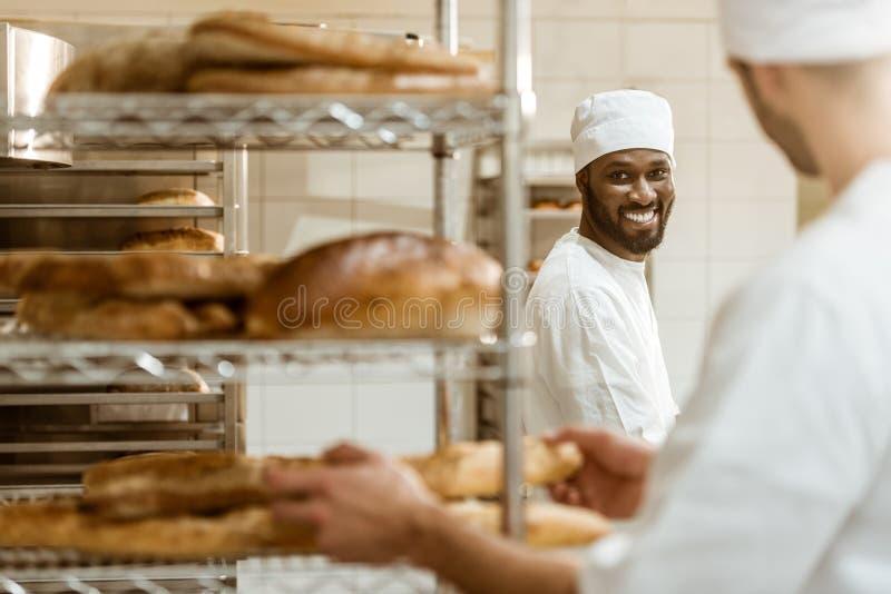 jonge bakkers die samenwerken stock afbeelding