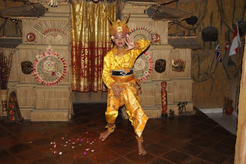 Jonge Balinese vrouwelijke danser die traditionele Legong-dans uitvoeren stock afbeelding