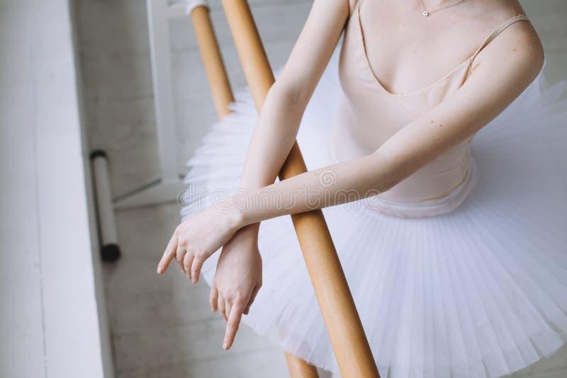Jonge ballerina in balletklasse stock foto
