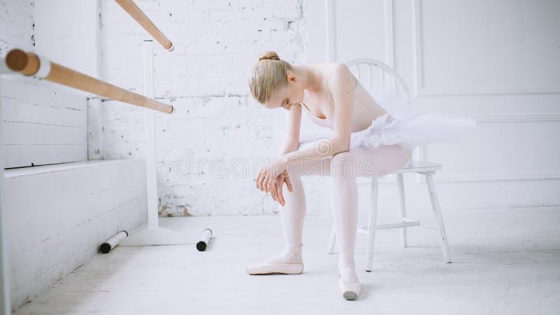 Jonge ballerina in balletklasse royalty-vrije stock fotografie
