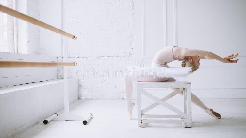 Jonge ballerina in balletklasse stock afbeelding