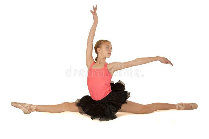 Jonge ballerina in de spleten met omhoog wapens stock fotografie