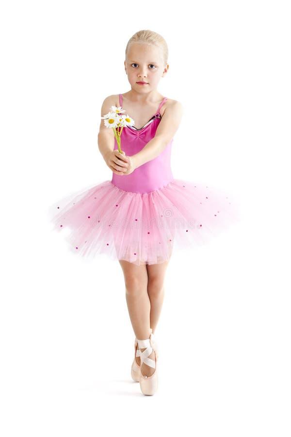 Jonge ballerina die bloemen geeft royalty-vrije stock afbeelding
