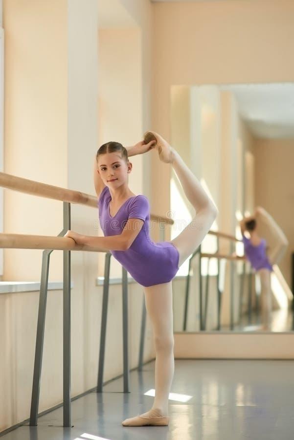 Jonge ballerina die oefening doen stock afbeeldingen