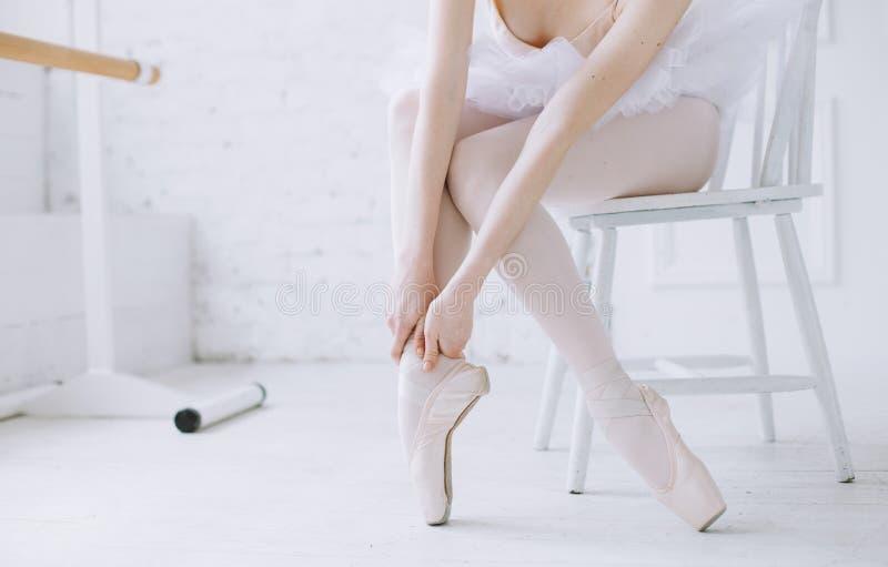Jonge ballerina die zich op poite bij staaf in balletklasse bevinden royalty-vrije stock fotografie