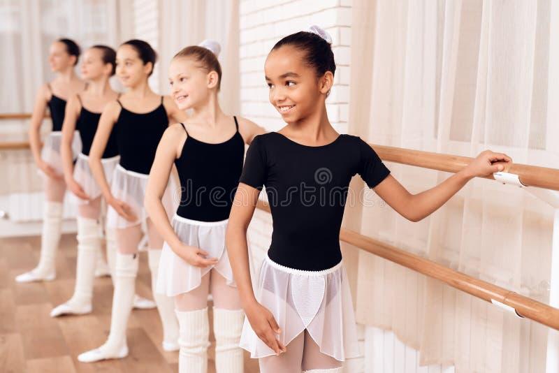 Jonge ballerina's die in de balletklasse repeteren royalty-vrije stock afbeelding
