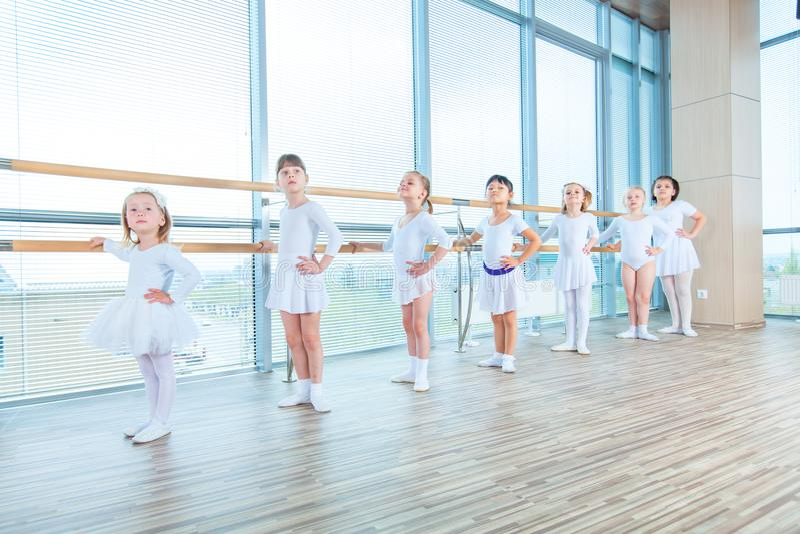 Jonge ballerina's die in de balletklasse repeteren Zij voeren verschillende choregrafische oefeningen uit Zij bevinden zich in ve stock foto's