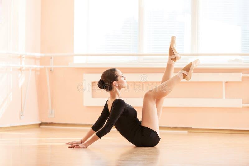 Jonge balletdanser die oefening uitvoeren stock foto's