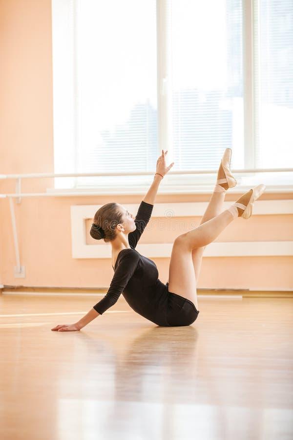 Jonge balletdanser die oefening uitvoeren stock foto