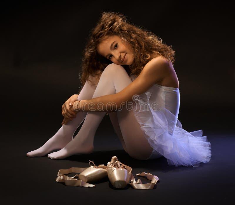 Jonge balletdanser die op vloer rusten royalty-vrije stock foto's