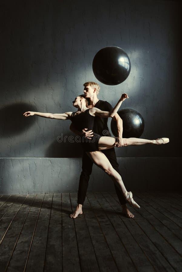 Jonge balletdansers die in de studio presteren stock fotografie