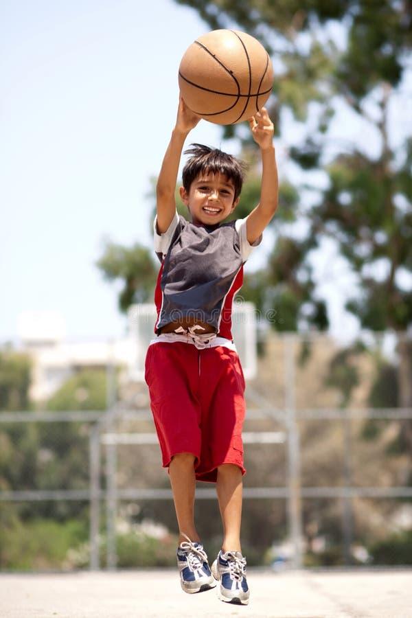 Jonge basketbalspeler die hoog springt royalty-vrije stock foto's