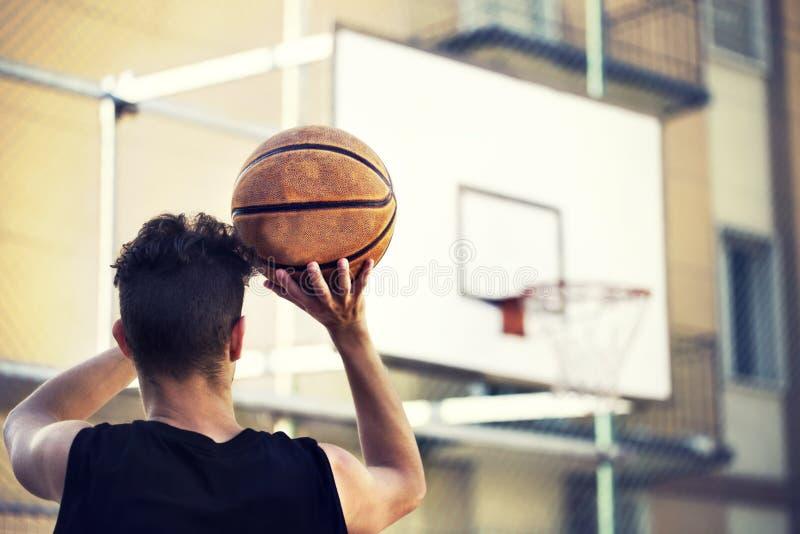 Jonge basketbalspeler klaar te schieten stock foto's