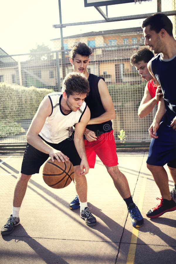 Jonge basketbalspelers die met energie spelen stock fotografie