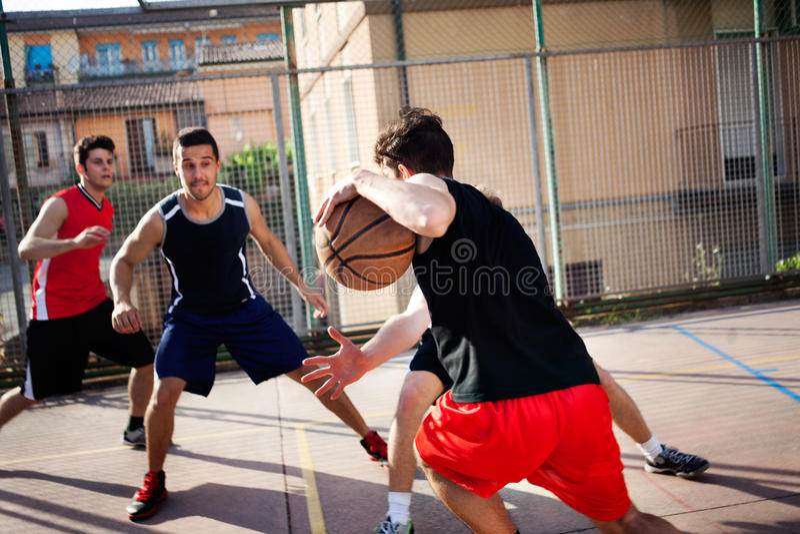 Jonge basketbalspelers die met energie spelen stock afbeelding