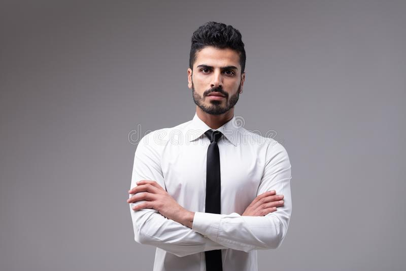 Jonge bazige mens met witte overhemd en stropdas stock afbeelding