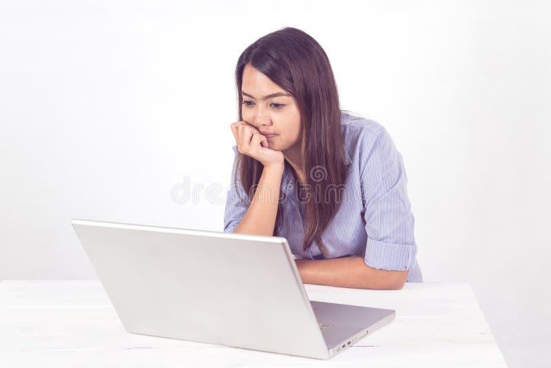 Jonge bedrijfs Aziatische vrouw die door notitieboekje in bureau werken te gebruiken royalty-vrije stock afbeeldingen