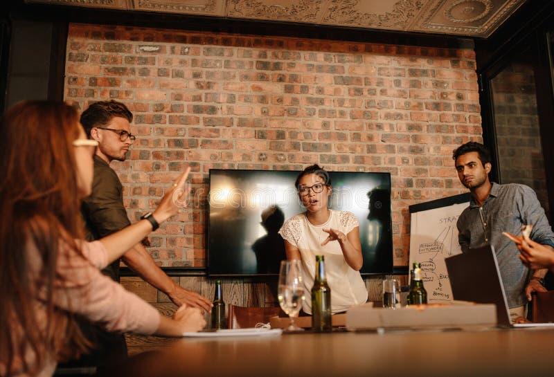 Jonge bedrijfsberoeps die een vergadering hebben stock afbeelding