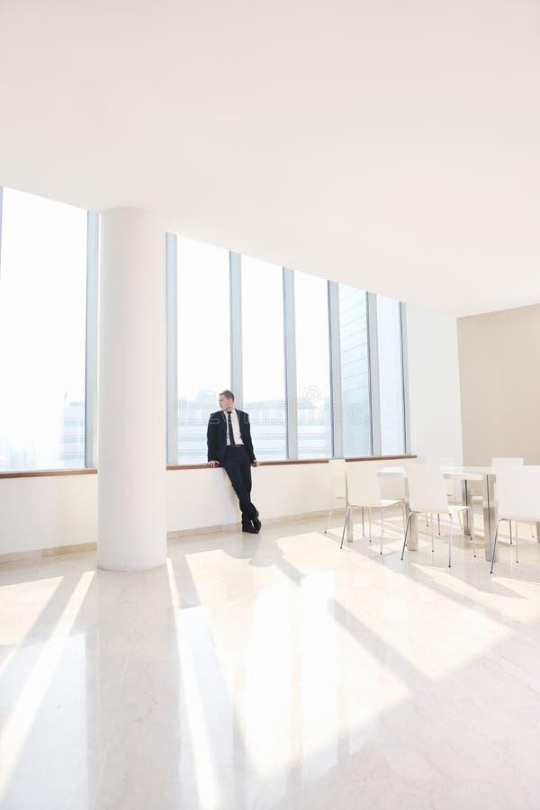 Jonge bedrijfsmens alleen in conferentieruimte royalty-vrije stock afbeelding