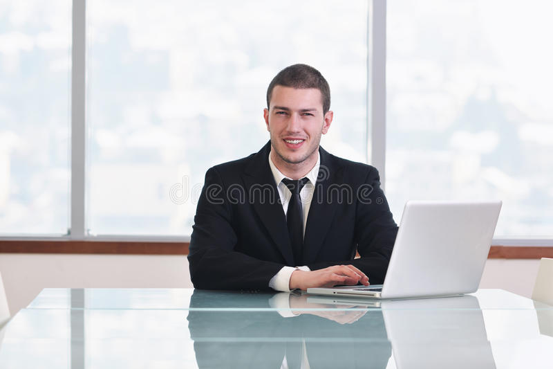 Jonge bedrijfsmens alleen in conferentieruimte royalty-vrije stock foto