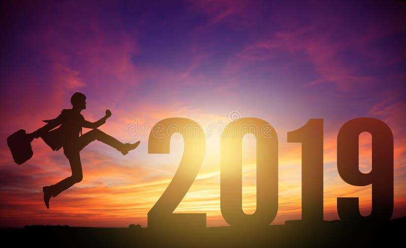 jonge bedrijfsmens die aan het nieuwe jaar van 2019 springen stock fotografie