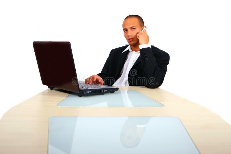 Jonge BedrijfsMens die aan Zijn Laptop werkt stock afbeeldingen
