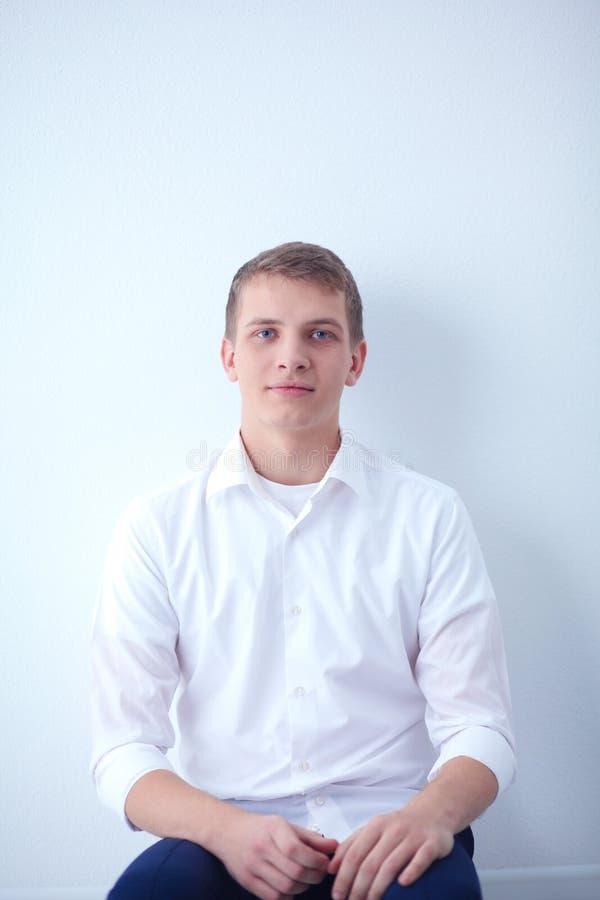 Download Jonge Bedrijfsmens Die In Bureau, Status Werken Jonge BedrijfsMens Stock Foto - Afbeelding bestaande uit baan, formeel: 107703052