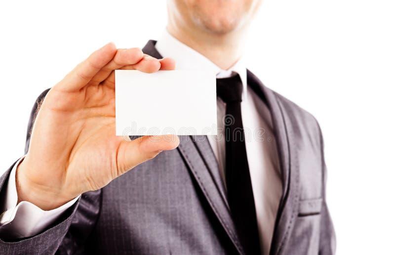 Jonge bedrijfsmens die een leeg adreskaartje houden royalty-vrije stock foto
