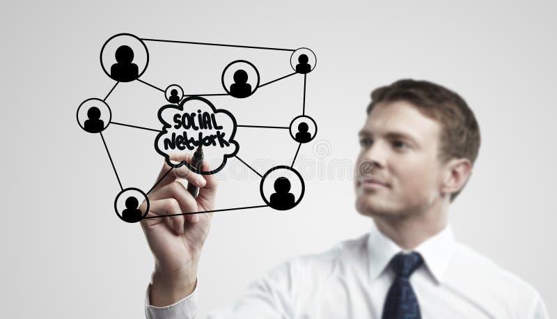 Jonge bedrijfsmens die een sociaal netwerk trekt stock foto's