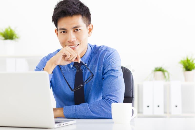 Jonge bedrijfsmens die in het bureau werkt royalty-vrije stock foto's
