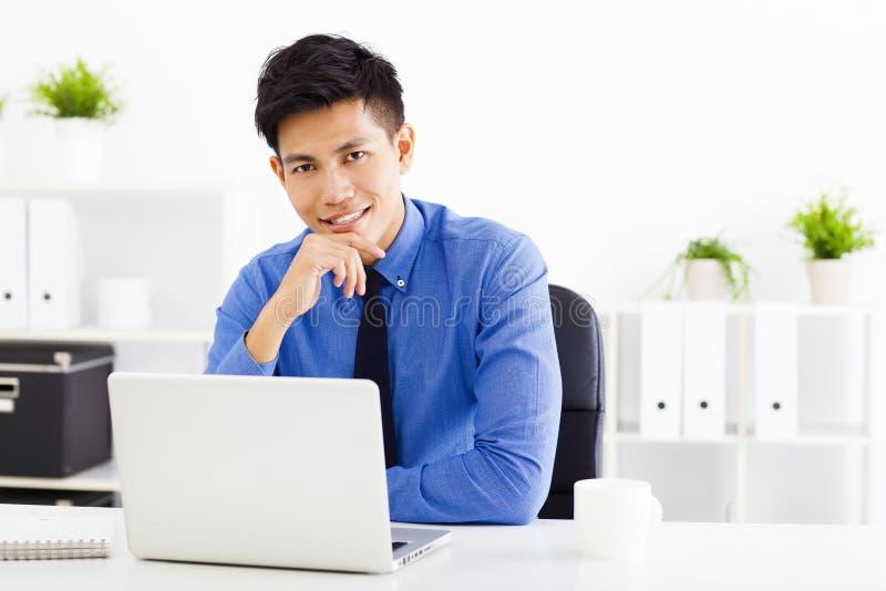Jonge bedrijfsmens die in het bureau werkt royalty-vrije stock afbeelding