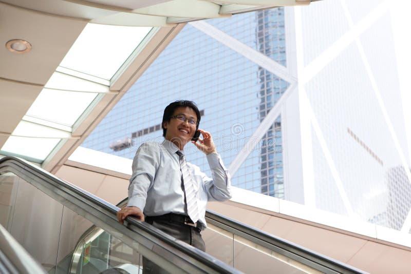 Jonge bedrijfsmens die op celtelefoon spreken stock foto