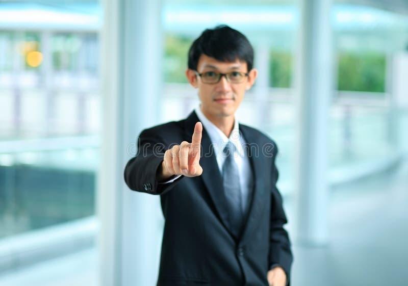 Jonge bedrijfsmens in een kostuum die met zijn vinger richten royalty-vrije stock foto's