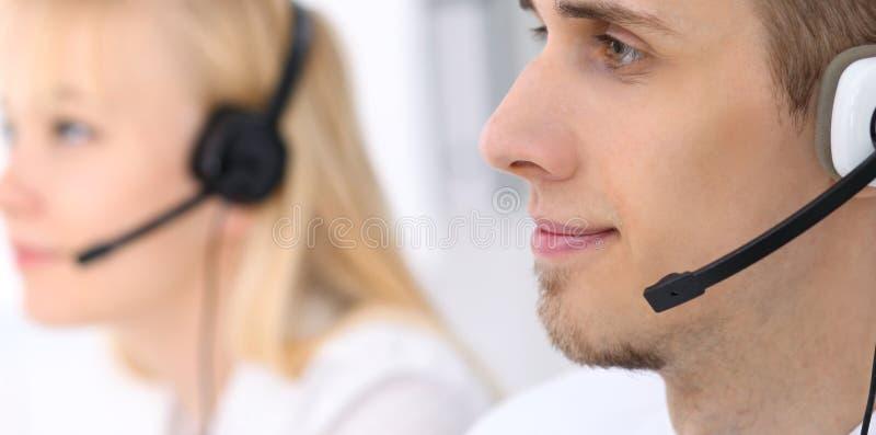 Jonge bedrijfsmens in hoofdtelefoon Call centre stock afbeelding