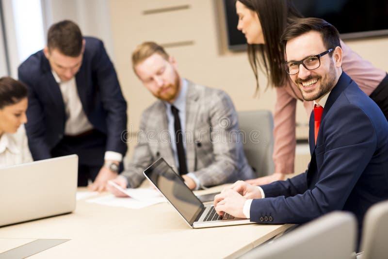 Jonge bedrijfsmensen die in bureau samenwerken royalty-vrije stock foto's