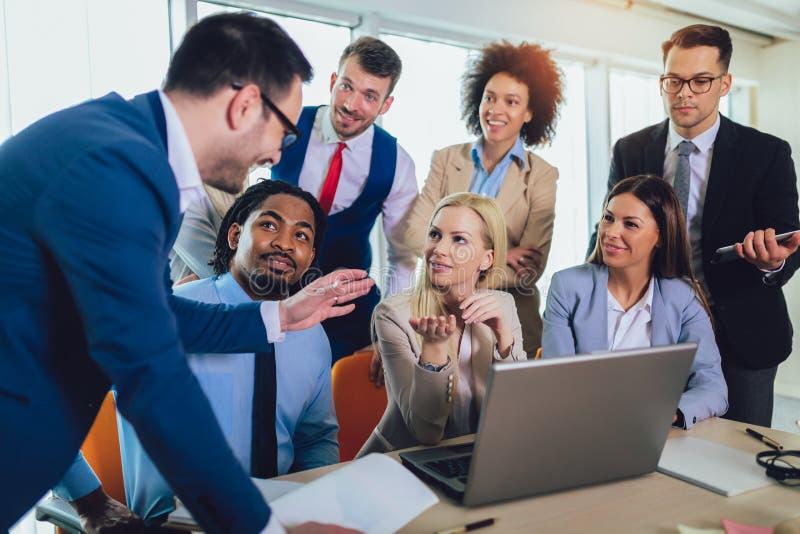 Jonge bedrijfsmensen die in creatief bureau samenwerken Selectieve nadruk stock afbeelding
