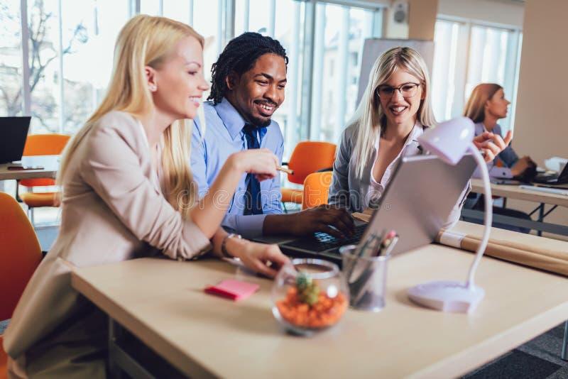Jonge bedrijfsmensen die in creatief bureau samenwerken Selectieve nadruk royalty-vrije stock afbeelding